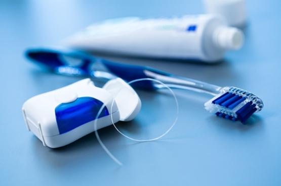 Svakodnevno čišćenje zuba četkicom i zubnim koncem u prevenciji Alzheimerove bolesti