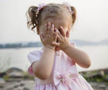 Zašto djeca misle da su nevidljiva ako prekriju oči?