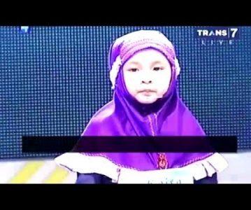Djevojčica uči Kur'an uz znakovni jezik
