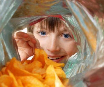 Zašto su industrijske grickalice loše za vašu djecu i kako ih odvići od njih?
